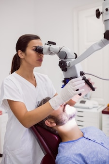 Paciente examinando dentista feminino