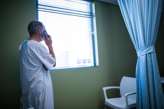 Paciente falando no celular