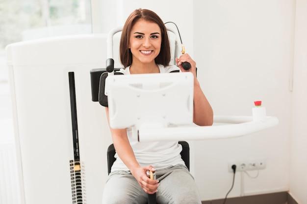 Paciente fazendo exercícios médicos e olhando para o fotógrafo