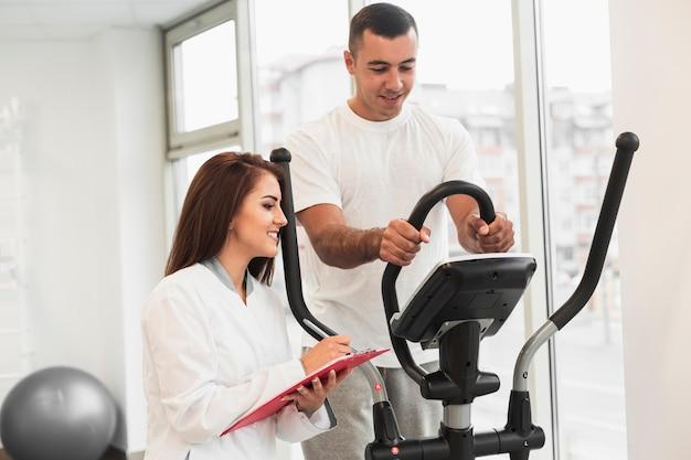 Paciente fazendo exercícios médicos supervisionados pelo médico