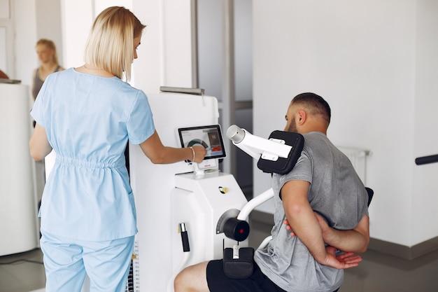 Paciente fazendo exercícios usando equipamentos esportivos com terapeuta