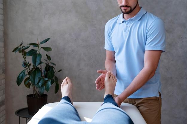 Paciente fazendo fisioterapia de perto