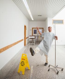 Paciente fingindo escorregar no chão molhado