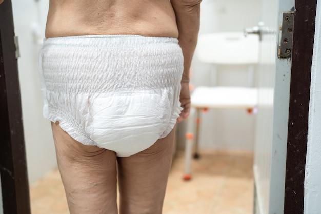 Paciente idosa ou idosa asiática usando fralda para incontinência no hospital