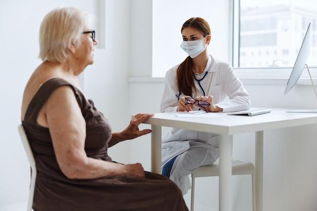 Paciente idosa se comunica com o médico de cuidados de saúde. foto de alta qualidade