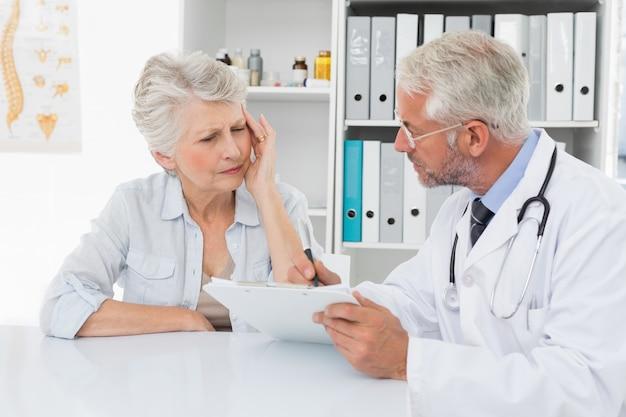 Paciente idoso feminino que visita um médico