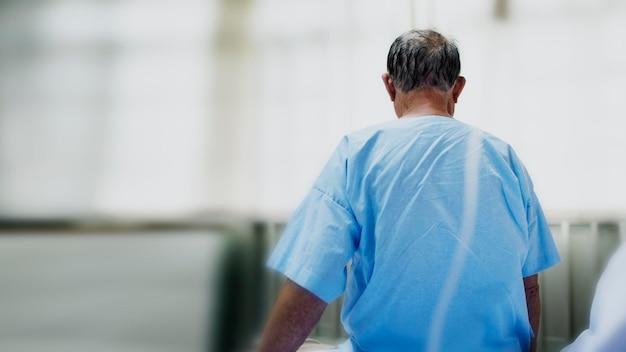 Paciente idoso infectado por coronavírus em um hospital