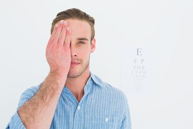 Paciente incapaz de olhar a câmera com um olho