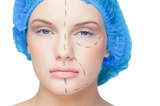 Paciente jovem com linhas pontilhadas no rosto