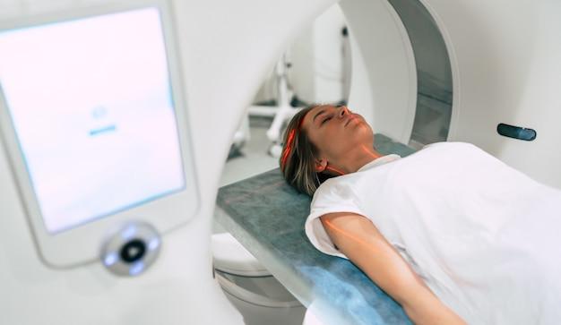 Paciente jovem está pronta para fazer ressonância magnética