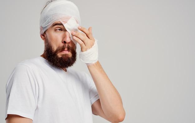 Paciente masculino com ferimento na cabeça enfaixado problemas de saúde hospitalização