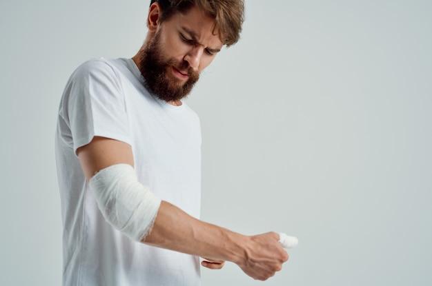 Paciente masculino, lesão na mão, tratamento, problemas de saúde, emoções, fundo claro