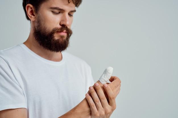 Paciente masculino, lesão na mão, tratamento, problemas de saúde, luz de fundo Foto Premium