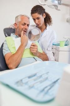 Paciente, mostrando, odontólogo, a, problema, em, a, espelho