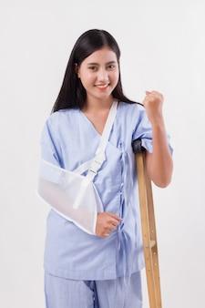 Paciente mulher forte, conceito de recuperação de lesões