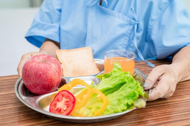 Paciente mulher idosa ou idosa asiática tomando café da manhã com vegetais saudáveis