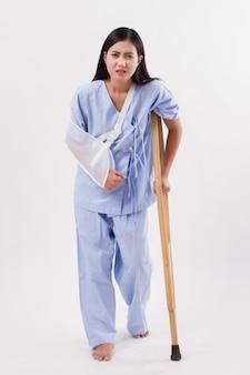 Paciente mulher infeliz com braço e perna quebrados