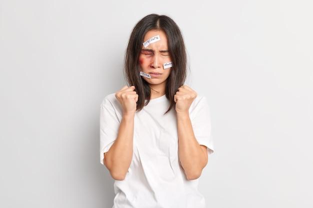 Paciente mulher insultada aperta os punhos tenta controlar as emoções é espancada pelo marido bêbado que tem hematomas no rosto aperta os punhos