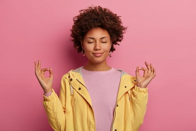 Paciente, mulher relaxada de pele escura meditando e fazendo pose de ioga