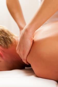 Paciente na fisioterapia - massagem