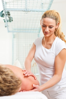 Paciente na fisioterapia - massagem