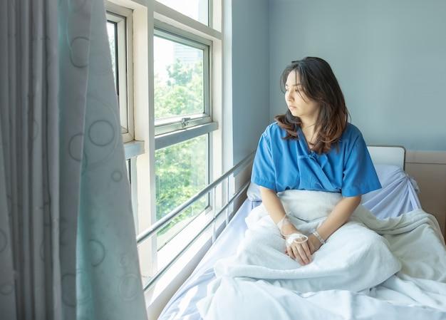 Paciente olhar para fora do hospital para procurar oportunidade