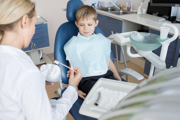 Paciente pequeno na clínica odontológica