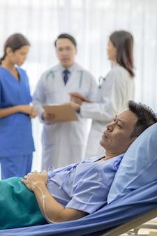 Paciente preocupado na cama