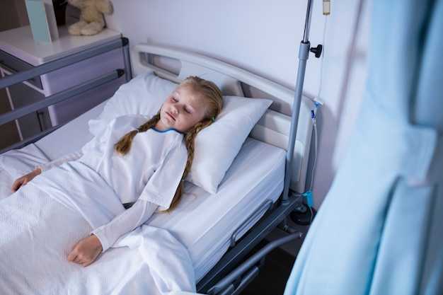 Paciente relaxante na cama na enfermaria