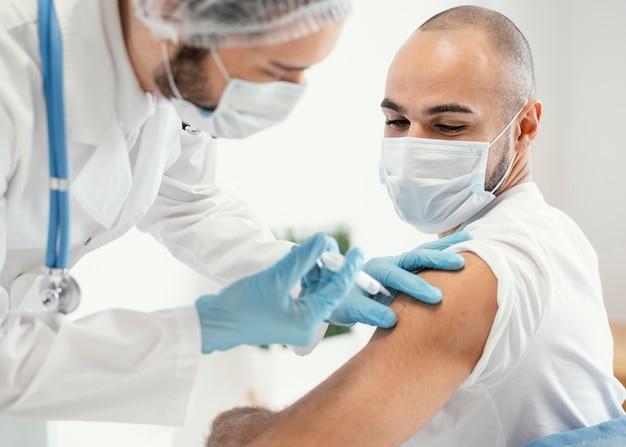 Paciente sendo vacinado em uma clínica