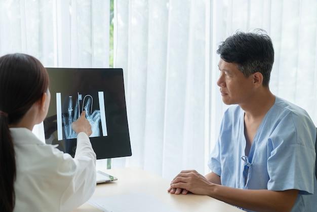 Paciente sênior asiático, tendo consulta com médico no escritório