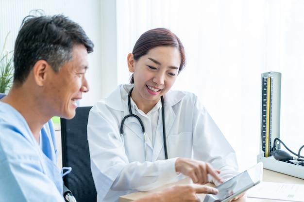 Paciente sênior asiático, tendo consulta com médico
