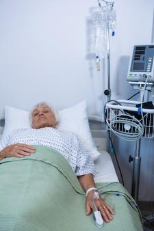 Paciente sênior deitado na cama