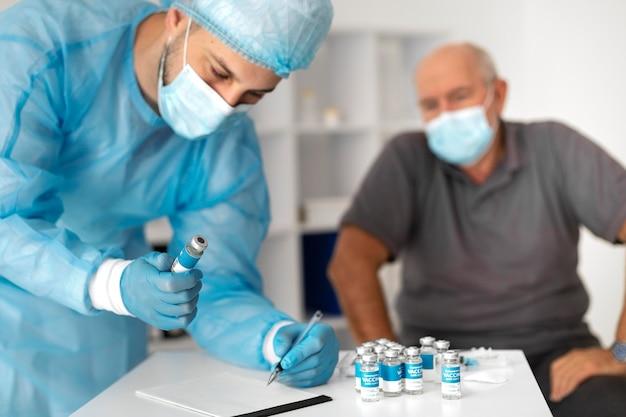 Paciente sênior do sexo masculino sendo vacinado para coronavírus