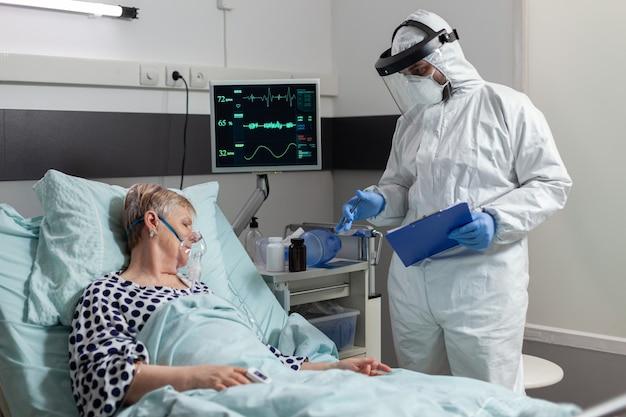 Paciente sênior doente recebendo medicamento intravenoso