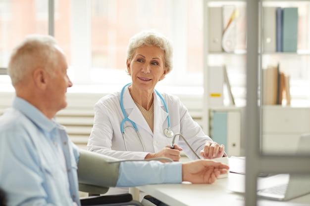 Paciente sênior no check-up