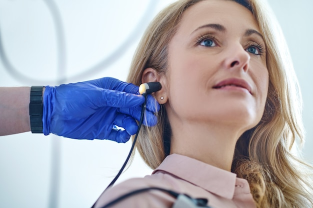 Paciente tranquilo submetido a um teste de audiometria realizado por um fonoaudiólogo
