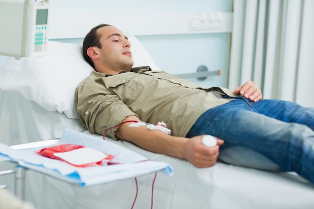 Paciente transfundido deitado em uma cama