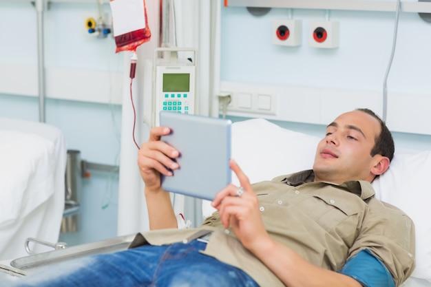 Paciente transfundido usando um tablet computador