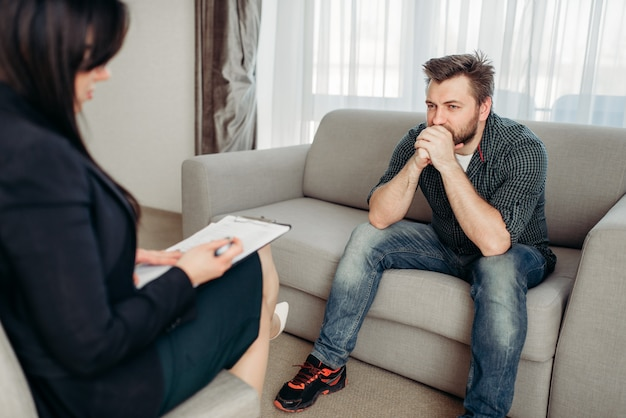 Paciente triste na psicóloga, apoio psicológico