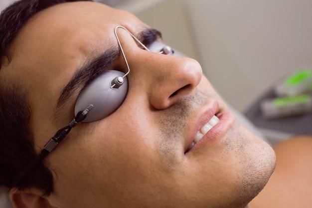 Paciente usando óculos de proteção a laser