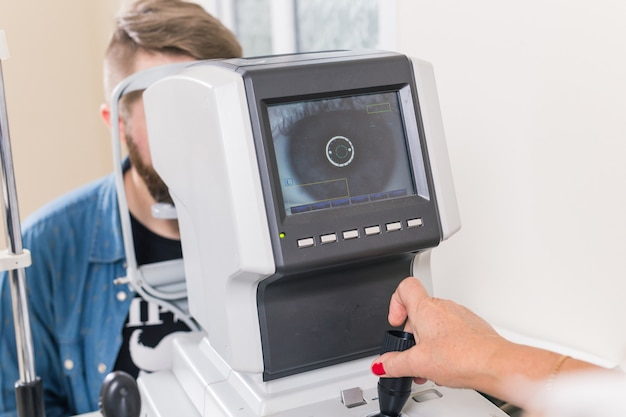 Paciente verifica sua visão por um oftalmologista.