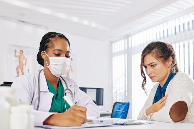 Paciente visitando médico