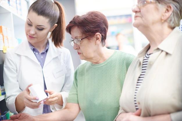 Pacientes comparando preços com farmacêutico