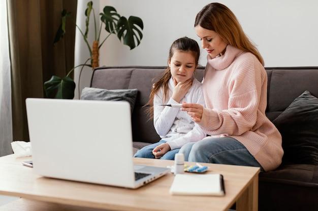Pacientes consultando médico virtual com laptop
