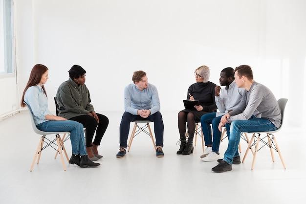 Pacientes de reabilitação de vista frontal contando suas histórias