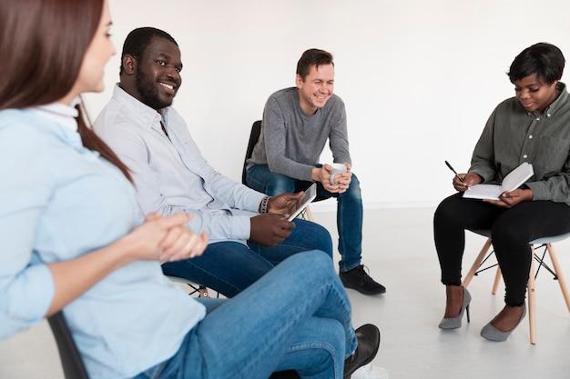 Pacientes de reabilitação sorrindo e conversando entre si
