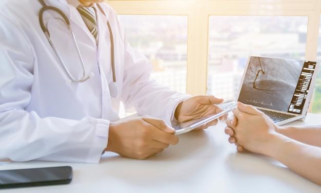 Pacientes de tecnologia médica consultam um médico