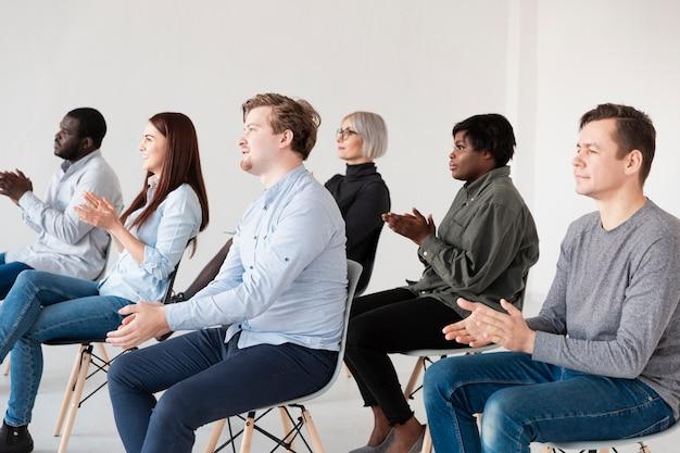 Pacientes do sexo masculino e feminino aplaudindo