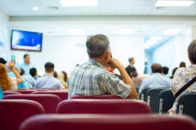 Pacientes esperando o médico no hospital